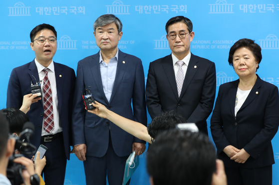 South Korean opposition lawmakers of the conservative United Future Party hold a press conference Friday to criticize the government's decision to draft a bill banning the distribution of propaganda leaflets toward the North. [YONHAP]