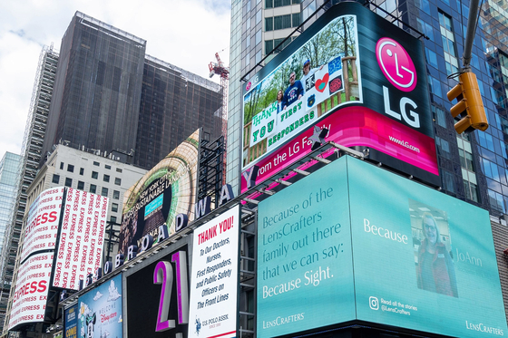 A 'Thank You' message from LG Electronics is displayed on a billboard in New York City on June 4, local time. The company posted the message to express gratitude for those working hard to overcome the coronavirus pandemic. [YONHAP]
