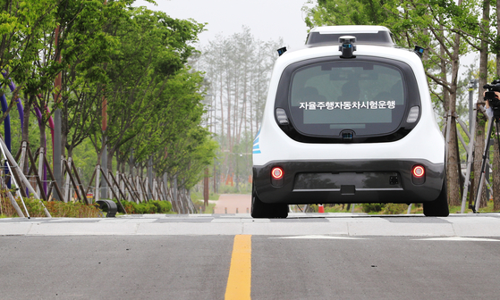 An autonomous vehicle test runs at a park in Sejong on May 25. [YONHAP]