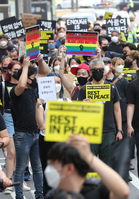 A group of activists hold a rally in Myeongdong, central Seoul, on Saturday to voice their support for the anti-racism movement in the United States that flared up after George Floyd died in police custody.  [YONHAP]