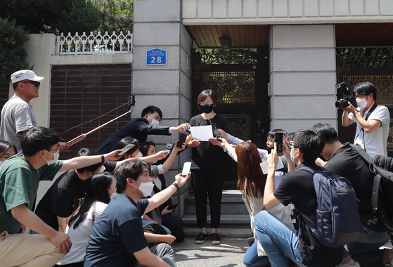 Lee Na-young, president of the Korean Council, reads a statement Sunday afternoon in front of Peaceful Our Home in Mapo District, western Seoul, following the death of the head of the shelter for comfort women victims. [YONHAP]