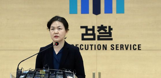 A prosecutor briefs reporters on the interim findings of the investigation by the Seoul Southern District Prosecutors' Office into biopharmaceutical company SillaJen. [YONHAP]