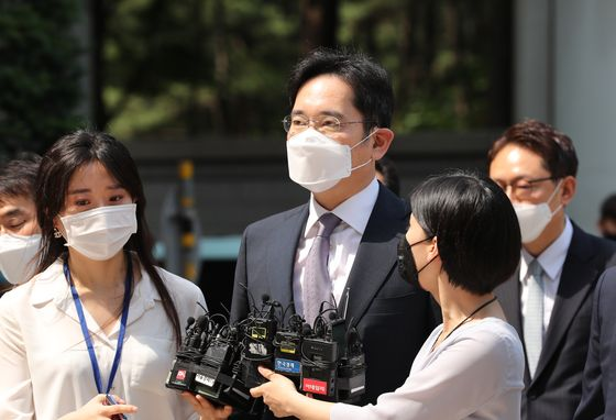 Samsung Electronics Vice Chairman Lee Jae-yong, center, arrives at the Seoul Central District Court to attend a detention warrant hearing on Monday. [YONHAP]