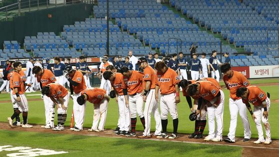 The Hanwha Eagles players bow to the empty stands after losing 2-8 to the NC Dinos at Hanwha Life Eagles Park in Daejeon on Sunday. [NEWS1]
