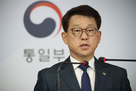 Unification Ministry Spokesman Yoh Sang-key delivers a briefing on North Korea's lack of response to the South's liaison call on Monday. [YONHAP]