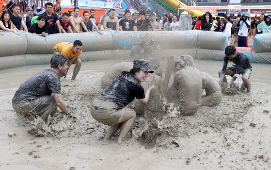 Last year's Boryeong Mud Festival in Boryeong, South Chungcheong, saw some nearly 2 million visitors. [YONHAP]
