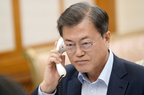 President Moon Jae-in talks with U.S. President Donald Trump on June 1 over his invitation to a G7 meeting in the U.S. in September. [AP/YONHAP]
