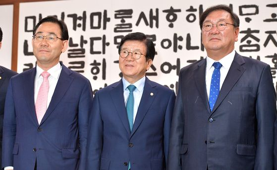 Rep. Joo Ho-young, floor leader of the main opposition United Future Party, left, National Assembly Speaker Park Byeong-seug, center, and Rep. Kim Tae-nyeon, floor leader of the ruling Democratic Party, attend a negotiation Monday on the formation of the standing committees.  [YONHAP]