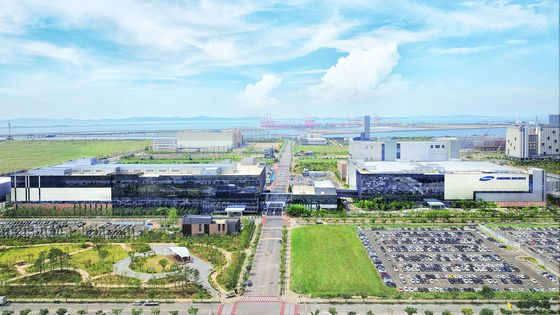 View of Samsung BioLogics' biomanufacturing plant in Songdo, Incheon. [YONHAP]