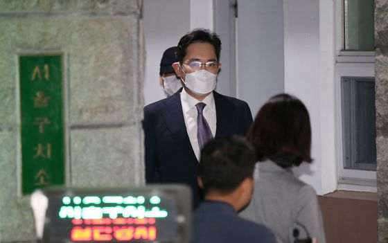 Samsung Electronics Vice Chairman Lee Jae-yong leaves Seoul Detention Center on Tuesday after a court rejected the prosecution's request for a warrant to detain him.  [YONHAP]