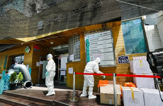 The entrance to a six-story building that houses the Korean-Chinese Church in Garibong-dong of Guro District, western Seoul, on Tuesday, where at least nine Covid-19 cases have been traced. A makeshift Covid-19 testing center has been set up near the entrance. [NEWS1]