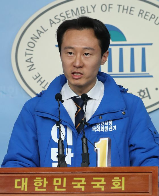 Lee Tahney announces his bid for the April 15 general elections on March 12.  [YONHAP]