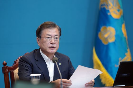 President Moon Jae-in speaks at a meeting with senior aides at the Blue House on Monday, urging to strengthen transparency in the use of donations of civic organizations and stressing the need to continue on with the movement to seek justice for victims of wartime sexual slavery. [YONHAP]