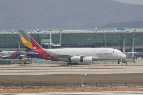 An Asiana plane grounded at Incheon International Airport on April 29. [YONHAP]