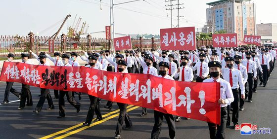 A state-sponsored rally is held in Pyongyang Tuesday to denounce propaganda leaflets from South Korea sent by resettled North Korean defectors. [YONHAP]