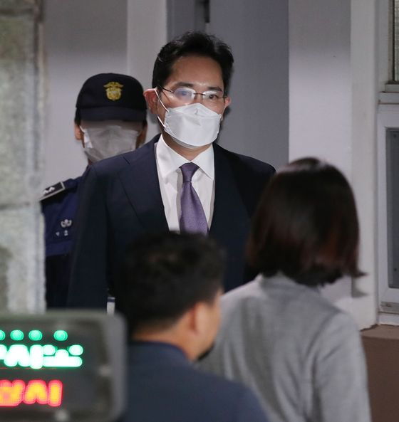 Samsung Electronics Vice Chairman Lee Jae-yong leaves Seoul Detention Center on Tuesday, after the Seoul Central District Court rejected the prosecution's request for a warrant to lock him up for further questioning.  [YONHAP]