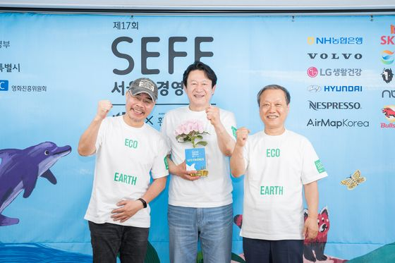 Honorary ambassador for the 17th Seoul Eco Film Festival, actor Kim Eung-soo, center, festival co-director Lee Myung-se, left, and Choi Yul, the chairman of Korea Green Foundation and festival co-director pose for a picture after an online press event on Wednesday. [SEOUL ECO FILM FESTIVAL]