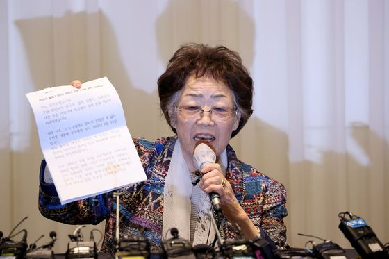 Lee Yong-soo, a victim of Japanese wartime sexual slavery, holds a press conference in Daegu in May. [YONHAP]