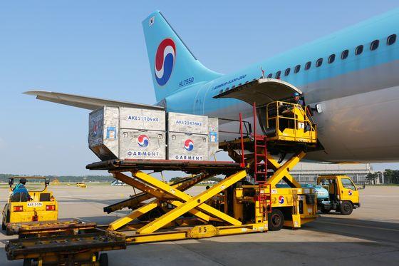 Korean Air Lines passenger Airbus A330 loads cargo in March. [KOREAN AIR LINES]