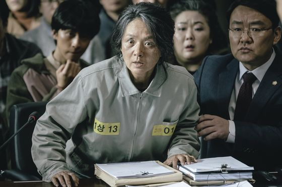 Actor Bae Jong-ok features as Hwa-ja, Jung-in's mother who is suffering from Alzheimer's. [KIDARI ENTERTAINMENT]