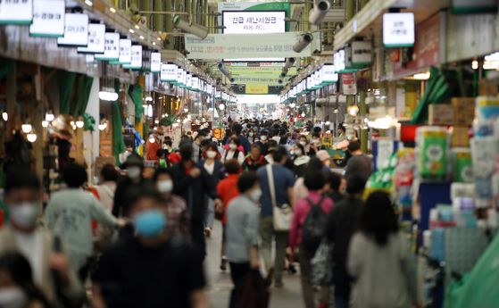 Mangwon Market, the neighborhood's traditional market in Mapo District, western Seoul, is crowded on May 26. [YONHAP]