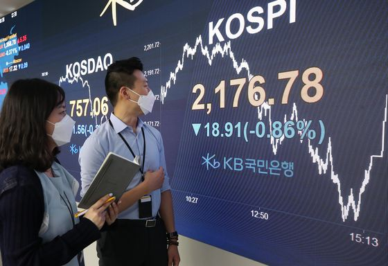 Employees look at the screen in the dealing room of KB Kookmin Bank, in the financial district of Yeouido, western Seoul, Thursday. [YONHAP]