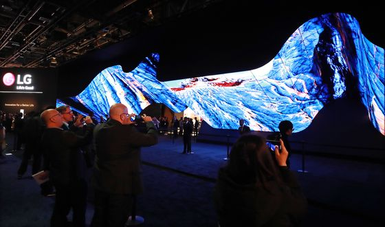 A large rollable OLED screen is displayed by LG Electronics at CES 2020 in Las Vegas. [YONHAP]
