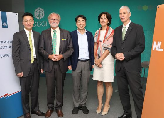 From left, Kim Sung-woo, head of the Environment and Energy Research Institute at Kim & Chang; EU Ambassador to Korea Michael Reiterer; You Jong-il, dean of Korea Development Institute (KDI) School of Public Policy and Management; Joanne Doornewaard, Dutch ambassador to Korea; and Frank Rijsberman, director-general of Global Green Growth Institute (GGGI), attending the Climate Talk and Net Zero 2050 conference hosted by GGGI and the Embassy of the Netherlands at GGGI in central Seoul on Wednesday. [PARK SANG-MOON]