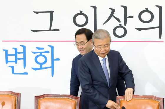 Kim Chong-in, chairman of the emergency committee of the main opposition United Future Party, said the time has come to consider basic income. [OH JONG-TAEK]