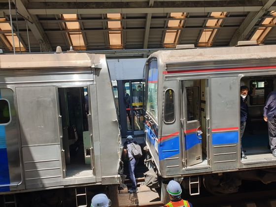 A subway train rear-ended another train at Sanggye Station on line No. 4 in Seoul on Thursday, leading to the complete shutdown of the station for the time being. No injuries were reported from the accident.  [JOONGANG ILBO]