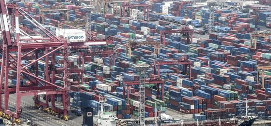 Export cargo waiting to be shipped out of the port in Busan on June 1. [YONHAP]