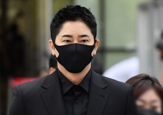 Actor Kang Ji-hwan leaves the Suwon High Court on Thursday following his sentencing. [YONHAP]