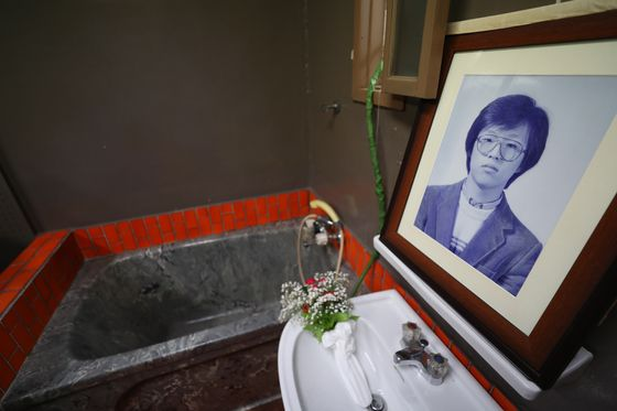 Inside Room 509 of the former police torture facility in Namyeong-dong, Yongsan, central Seoul, a photo of Park Jong-chul, a student activist who died during a police interrogation in January 1987, rests next to the tub used to waterboard him.  [YONHAP]