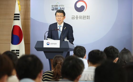 Financial Services Commission Chairman Eun Sung-soo answering questions at a press briefing on Thursday at its headquarters in Seoul. [YONHAP]