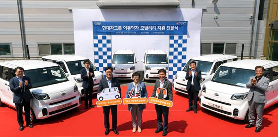Easy Move, a social enterprise under Hyundai Motor Group, on Thursday delivered 5 trillion won worth of its renovated Kia Ray vehicles and assisting devices to associations related to the welfare of elderly and people with disabilities. [HYUNDAI MOTOR GROUP]