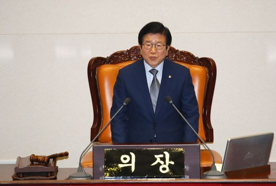 National Assembly Speaker Park Byeong-seug announces Friday his decision to delay the deadline of the standing committee chairs election till Monday.  [YONHAP]