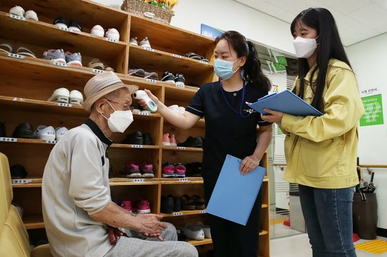 Seongdong District Office officials check a community daycare center for the elderly on Friday, as welfare facilities and care homes are especially vulnerable to cluster infections.  [YONHAP]