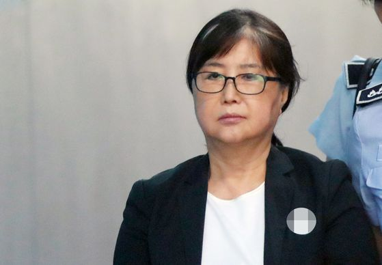 In this file photo, Choi Soon-sil enters the Seoul Central District Court on Aug. 24, 2018, to attend her trial. [YONHAP]