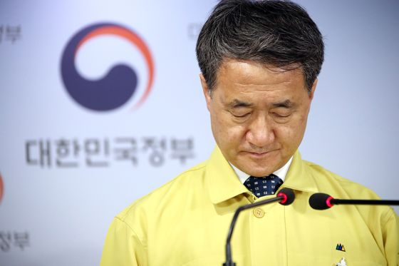 Health Minister Park Neung-hoo says the government will maintain tougher social distancing rules in Seoul, Incheon and Gyeonggi indefinitely.  [YONHAP]