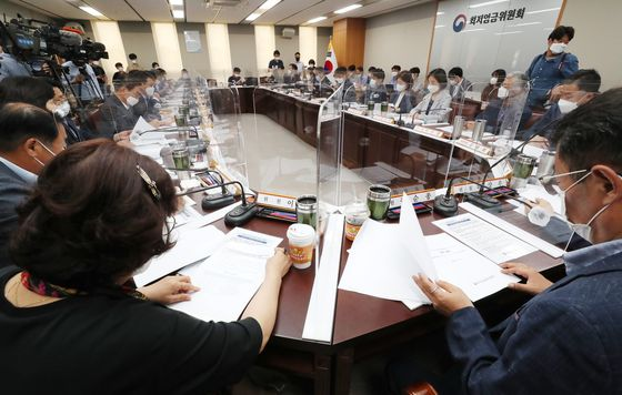 Participants attend a meeting of the Minimum Wage Commission in the administrative office in Sejong Thursday to decide next year's minimum wage. [YONHAP]