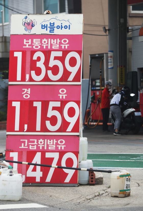 A liter of gasoline sold at 1,359 won ($1.13) at a gas station in Seoul on Sunday. Gas prices have been rising for three consecutive weeks, recently topping 1,300 won per liter. That's 29.5 won more than a week ago. Gas prices, which tumbled for 18 weeks, turned around in the last week of May and have been rising since. Diesel prices were 27.5 won higher than a week earlier, at 1,117 won. [YONHAP]