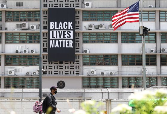 """A banner supporting the Black Lives Matter movement and the fight against racial injustice and police brutality hangs from the U.S. Embassy in central Seoul Sunday. The U.S. Embassy tweeted Saturday that it 'stands in solidarity with fellow Americans grieving and peacefully protesting to demand positive change."""" The Black Lives Matter movement has exploded in the United States after George Floyd, a 46-year-old African-American man, was killed by a Minneapolis police officer on May 25. [YONHAP]"""