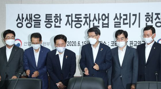 Trade, Industry and Energy Minister Sung Yun-mo, third from left, and Financial Services Commission Chairman Eun Sung-soo, fourth from left, attend a meeting with Korean automakers, parts suppliers and bankers at a parts supplier office in Pangyo, Gyeonggi, on Monday. [YONHAP]