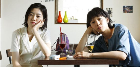 """A scene from Japanese film """"Blue Hour,"""" scheduled to hit the local box office next month. Actor Shim Eun-kyung, left, portrays free-spirited Kiyoura and Japanese actor Kaho plays Sunada. [AUD]"""