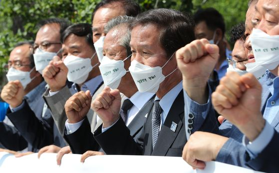 South Korean owners of factories at the Kaesong Industrial Complex, a linchpin of inter-Korean economic cooperation that was shuttered in 2016, hold a press conference protesting the dispatch of propaganda leaflets to North Korea in front of the central government complex in northern Seoul on Monday. [NEWS1]