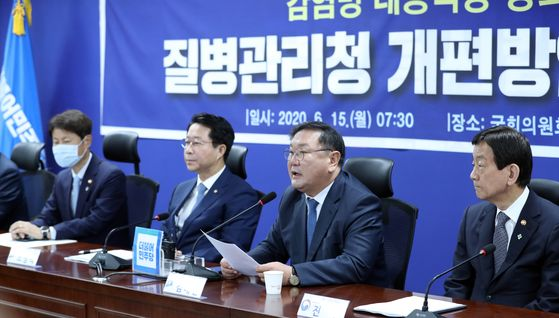 Senior members of the ruling Democratic Party (DP), administration and Blue House attend a meeting Monday morning at the National Assembly to finalize a plan to upgrade the Korea Centers for Disease Control and Prevention to an independent office. From left, Interior Minister Chin Young; DP floor leader Rep. Kim Tae-nyeon; DP chief policymaker Rep. Cho Jeong-sik and Vice Minister of Health and Welfare Kim Gang-lip.  [YONHAP]