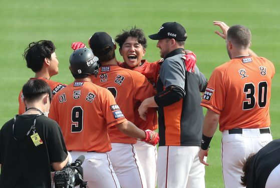 The Hanwha Eagles celebrate after picking up a win against the Doosan Bears on Sunday. With a win, the Eagles finally ended their 18-game record-tying losing streak. [YONHAP]