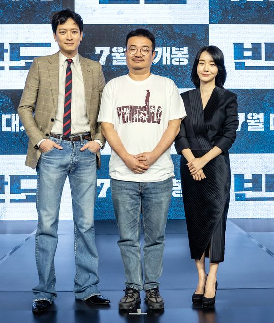 """Director Yeon Sang-ho, center, and actors Gang Dong-won, left, and Lee Jung-hyun pose for the camera at an online press event for """"Peninsula."""" [NEW]"""