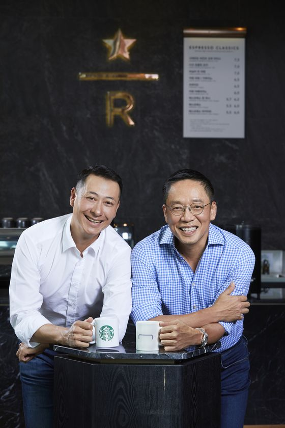 Starbucks Korea CEO Song Ho-seob, left, and Hyundai Card Vice Chairman Chung Tae-young pose for a photo at a Starbucks in Jongno District, central Seoul on June 15.