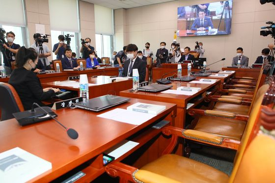 The Legislation and Judiciary Committee holds its first meeting of the new session on Tuesday, after Rep. Yun Ho-jung of the Democratic Party, was elected as its chair. The main opposition United Future Party boycotted the meeting.  [YONHAP]